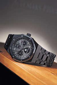 愛彼為皇家橡樹萬年曆腕錶系列增添黑陶瓷版本,具有防刮、耐高溫及抗熱衝擊的性能。配備星期、日期、月份、天文月相和閏年顯示,錶盤外環加有一年的周數顯示。