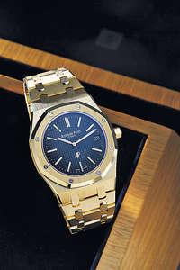 首款 39 毫米黃金皇家橡樹腕錶於1977年面世,至今剛好 40 年,賀壽作有此超薄版本黃金時計。錶盤有用上古典藍色「Petite Tapisserie」小型格紋錶盤,搭載愛彼錶廠著名2121超薄機芯,厚度只有3.05毫米。