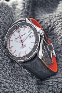 Clifton Club系列搭載瑞士製自動機芯,經550G的耐衝擊測試,並置於3種不同角度進行調校,證明腕錶相當堅固而且機芯穩定性強。小牛皮錶帶上面壓印船帆布般的紋路,是名士錶的獨創設計。