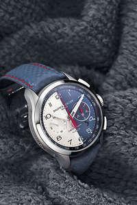 Shelby Cobra眼鏡蛇系列腕錶搭載瑞士製La Joux-Perret 8147-2自動機芯,具飛返計時功能,只需按壓一下按鈕,便能讀取先後分段計時的顯示。採用藍銀相襯的錶盤設計,鮮紅色計時秒針頂端以及錶殼側緣上,都有眼鏡蛇象徵標誌。