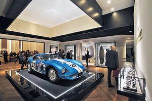 展館中央擺放了一輛古董Shelby Cobra眼鏡蛇雙門跑車,牆上用作裝飾的用具則全屬男生們熱愛的活動,如滑板、艇槳、單車輪等等。