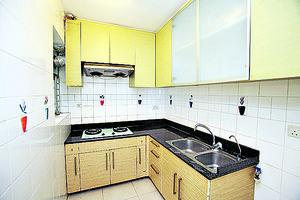 曲尺大廚櫃,設有雙鋅盆。(湯炳強)
