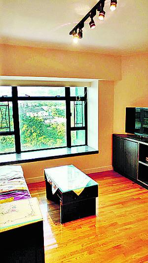兩廳已備基本家具,客廳外望山景。(代理提供)