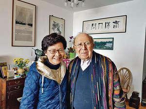 林鄭月娥(左)昨探訪快將90歲的鍾逸傑爵士(右),表示鍾是她多年來十分尊敬的長輩,感謝他給予支持和意見。(林鄭辦公室fb圖片)