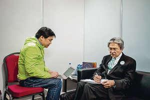 曾俊華(右)日前為選委特首論壇作事前準備。左為其競選義工、前財司政治助理羅永聰。(曾俊華fb圖片)