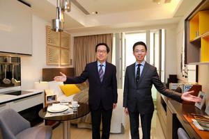 新地副董事總經理雷霆(左)指,西南九龍匯璽267呎的開放式戶示範單位,昨起開放予公眾參觀。右為新地代理總經理陳漢麟。