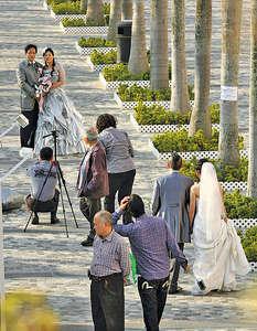 本港每有2.5對新人結婚,就約有1對夫婦離婚,而近幾年離婚數字均逾2萬宗。(資料圖片)