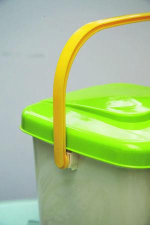 廚餘桶設有便攜式手環,搬動時比較方便。建議擺放在陰晾位置,令發酵過程免受外在環境影響。