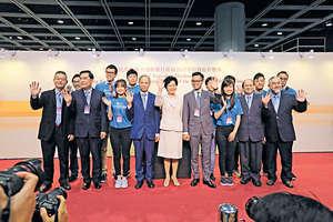 林鄭月娥當選特首後,在沒有政黨背景支持下,短時間內找到一批願意實踐她提出的政綱的精英,加入其團隊,確實是一項挑戰。(資料圖片)
