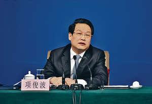 中國保監會主席及黨委書記項俊波涉嚴重違規而遭到調查,對於他到底在哪方面違規,目前還沒有明確答案,但中國經濟及金融市場的許多問題都值得深思。(新華社資料圖片)