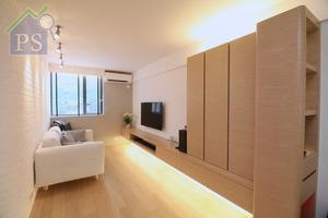全屋以淺啡色橡木為主調,再以白色磚牆、灰色及白色油漆,配合柔和的黃光照明裝置,令一室淡雅自然。