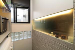 設計師拆去原來洗衣、晾衣間的間隔牆連門位,連同大門左側的面積改成開放式廚房。此舉拓闊了入門視野之餘,也同時將日光從原先洗衣間的窗戶引進這個開放廚房及玄關的空間。