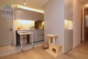 設計師將廚房改移至大門左側,採用開放式設計。如此一來,既拓闊浴室空間,又方便戶主入門前將食材放於廚房處理。