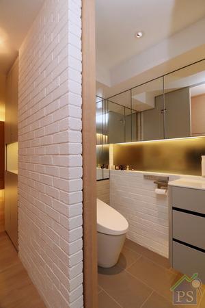 浴室門的左邊是座廁及L形鏡面儲物櫃,前方是一幅清鏡連白色半腰儲物櫃,右邊則是由玻璃屏連門闢劃的淋浴區。