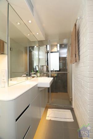 將原則的廚、廁空間合併後,新浴室改以趟門設計,進一步拓闊了浴室的可用空間。