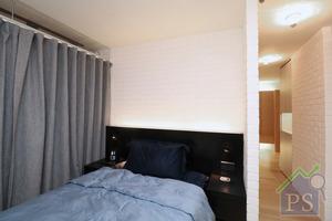 主人房以深啡色為基調,床架、床背板、書枱及影音櫃以深啡色木製成,營造溫暖的睡眠環境。
