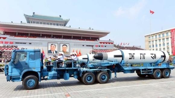 朝方官方閱兵照片顯示,搭載導彈的大型卡車為中國重汽製造。
