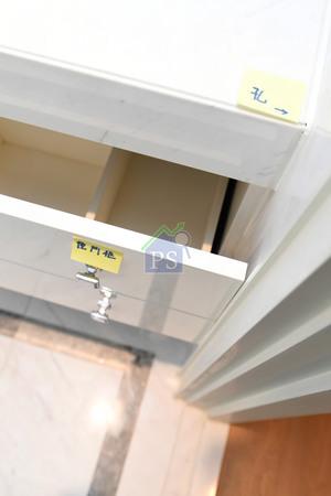 浴室的儲物櫃由於裝歪了,導致櫃門拉出來時會與門框相撞。