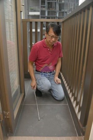 在連接廚房的工作平台處,詹濟南發現場地台上有兩塊空心磚。