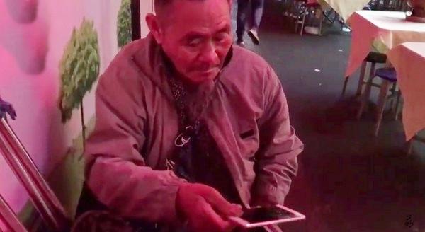 此前深圳一名老翁,被發現用QR碼討錢。