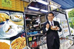 商務及經濟發展局局長蘇錦樑昨到迪士尼參觀美食車「粵廚點心專門店」,並公布美食車先導計劃將推出多項優化措施。(政府新聞處圖片)