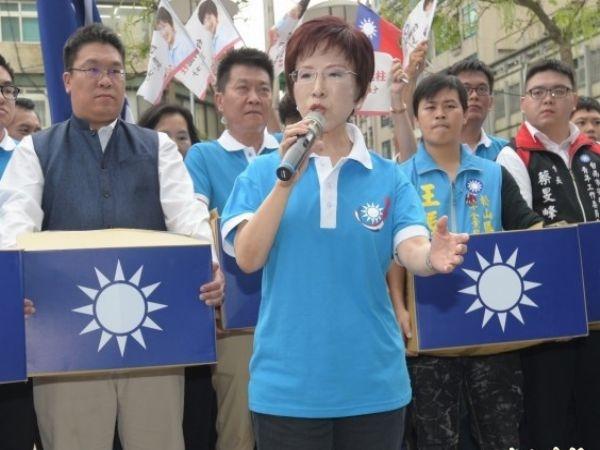 現任國民黨主席洪秀柱,本月18日帶著12萬多的連署書,登記參選黨主席。 (自由時報)