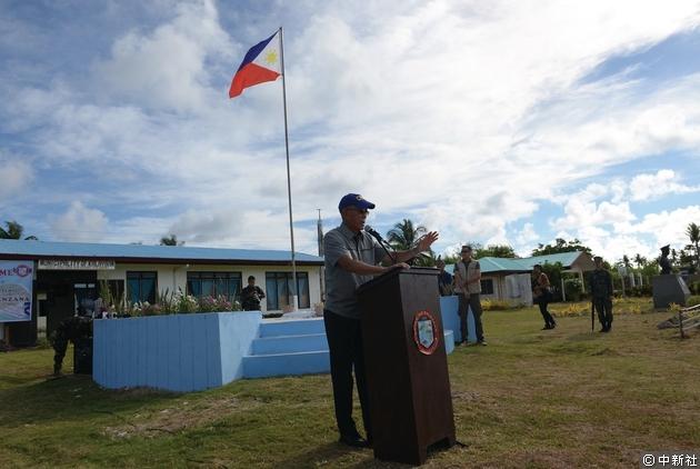 菲律賓防長率團登上中業島,稱要在當地建碼頭、跑道。