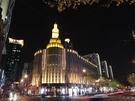 華燈初上,霓虹閃爍。擁有84年悠久歷史的上海百樂門,重新開張迎客。(中新社圖片)