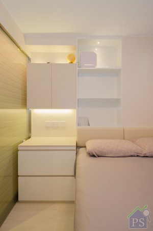 床尾加建特大衣柜,划一以白色手髹漆配衬浅木饰面.