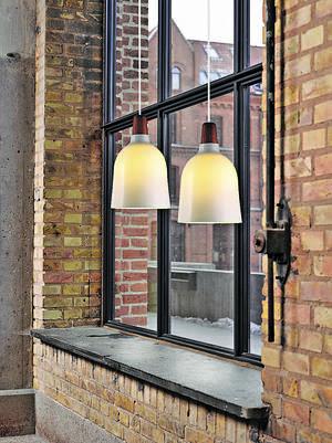 Karma吊燈由胡桃木拼奶白色玻璃燈罩,柔和燈光映進,格外溫暖。售$1,474。(相片由被訪者提供)