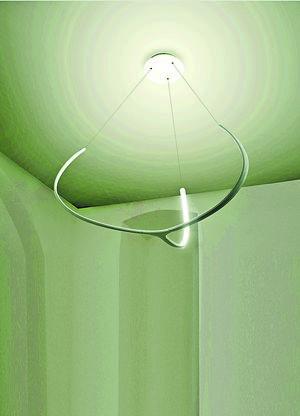 Alya的出現完全顛覆了我們對燈罩的傳統想像,簡單的弧形發光體,簡約時尚。售$11,180。(相片由被訪者提供)