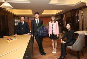 恒地營業(二)部總經理韓家輝(左二)指,創匯國際中心首批將推出約30伙單位,定價為開心價。右二為恒地營業(二)部副總經理蔡韻玲。