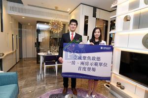 建灝地產集團投資部經理鄭智荣(左)表示,啟德天寰本周必定開價,最快下周發售。右為市場部經理呂潔貞。