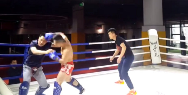 八卦掌拳手(左),被泰拳拳手打到無還擊之力。