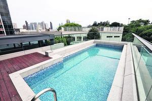 天台設8.3米長私人室外泳池,夏天暢泳更寫意。(本刊攝影組)