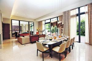 客飯廳空間大,擺放10人飯桌及大型梳化後仍有很多活動位置,落地玻璃趟門亦增加室內採光度。(本刊攝影組)