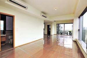 複式單位首層為廳區及多用途室位置,客飯廳長而闊,樓底更高逾3米,氣派十足。(本刊攝影組)