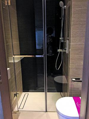 浴室以玻璃門分隔淋浴區,增加通透感。(相片由代理提供)