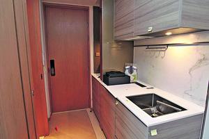 單位採開放式廚房設計,家電齊全,備有雪櫃及洗衣機等。(相片由代理提供)
