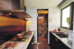廚房同樣貫徹以雲石作為主要設計風格,爐具家電齊備,設計師還將儲物室改裝成儲酒空間。(本刊攝影組)