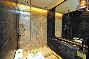 浴室設於門口旁邊,以特別的雲石鋪設地板及牆身,並設有淋浴區。(本刊攝影組)