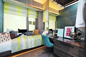 另一間睡房的睡床靠近窗邊,方便住戶欣賞室外景觀。(本刊攝影組)