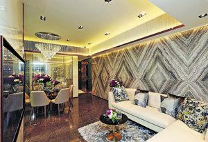 大廳則放置一張五人圓桌,並且以鑽石型吊燈作裝飾,另亦設有大型曲尺梳化及平面電視,凸顯空間感。(本刊攝影組)