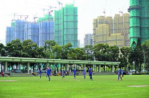荃灣海濱公園設有多項公眾康體設施,包括草地足球場、籃球場、網球場、門球場及健體站等,方便休閒運動。(本刊攝影組)