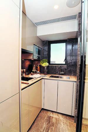 廚房設有L形工作枱,備有基本爐具。(本刊攝影組)