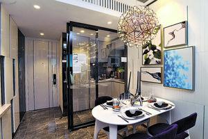 飯廳以球形金屬特色吊燈作點綴,且足以擺放4人餐桌。(本刊攝影組)