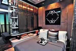 主人房放置雙人床後仍可三邊落床,同時利用深淺色寢具突出層次。(本刊攝影組)