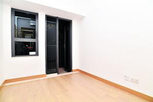 逾70呎的睡房與客廳坐向相同,開則四正,外連16呎工作平台。(本刊攝影組)