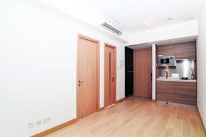 單位設計簡約,廳區呈長形,傢俬擺位容易。(本刊攝影組)