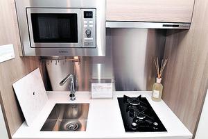 開放式廚房配備煤氣煮食爐,可供明火煮食。(本刊攝影組)